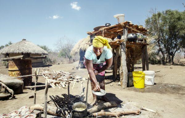 Parco del Limpopo. Una donna mostra il pasto che sta cucinando. Foto di Andrea Frazzetta