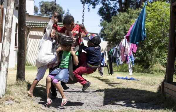 Magnolia e Thabo giocano con altri bambini ospiti della Casa. Foto di Roger Lo Guarro.