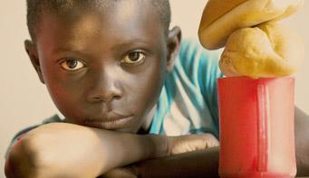 offri un pasto caldo ai bambini di strada