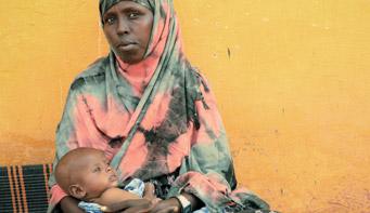 doni una terapia salva-vita ad un bimbo malnutrito in Somalia