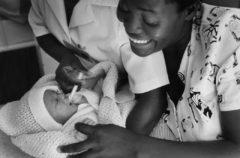 9 maggio 2001. Alla nascita Takunda riceve la nevirapina. Foto di Giovanni Diffidenti.
