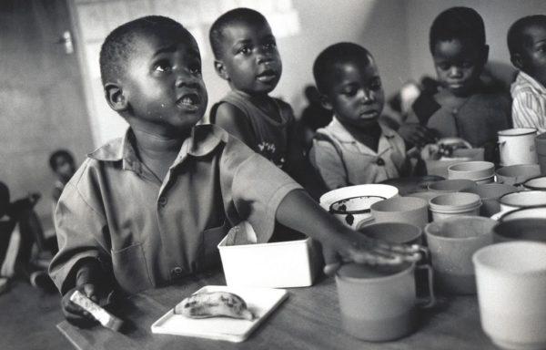 Marzo 2005. Takunda tra i compagni alla scuola materna. Foto di Giovanni Diffidenti.