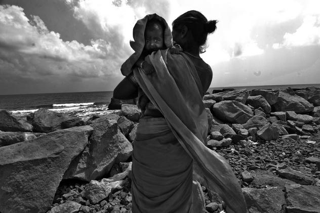 Donna con bambino su una spiaggia del Tamil Nadu devastata dallo tsunami. Ph Monika Bulaj