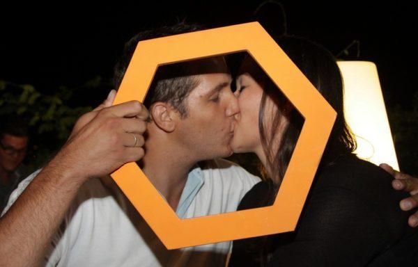 Una coppia per Baci che fioccano, l'iniziativa di baci solidali organizzata dagli Amici del Cesvi di Bergamo.
