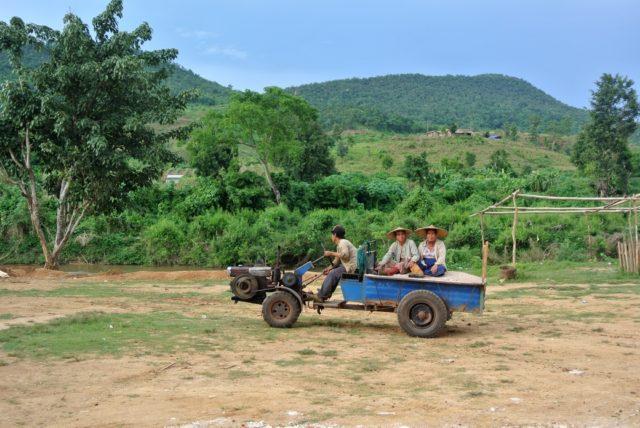Uso del trattore nei campi in Myanmar