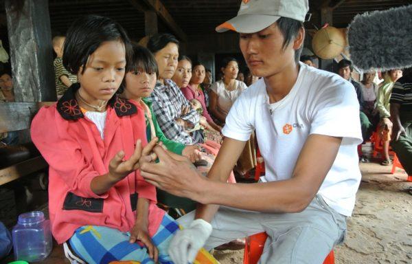 Un medico Cesvi effettua un test per la malaria su una bimba in Myanmar.