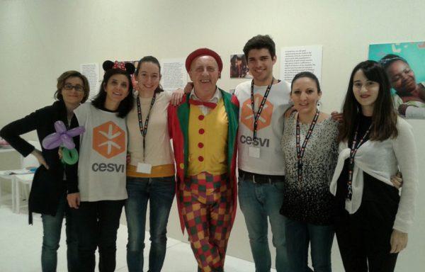 Massimo Giudice, meglio conosciuto come clown Albicocco, dal 2005 è volontario di Cesvi. Animatore instancabile amato da grandi e piccini, dedica a Cesvi eventi per bambini in cui racconta le Case del Sorriso e la solidarietà.