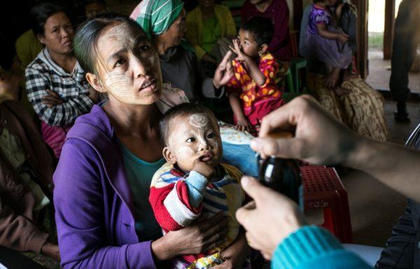 Un infermiere spalma su una mamma e il suo bambino il Thanakha una crema naturale per proteggere dai raggi solari. Foto di Gianfranco Ferraro.