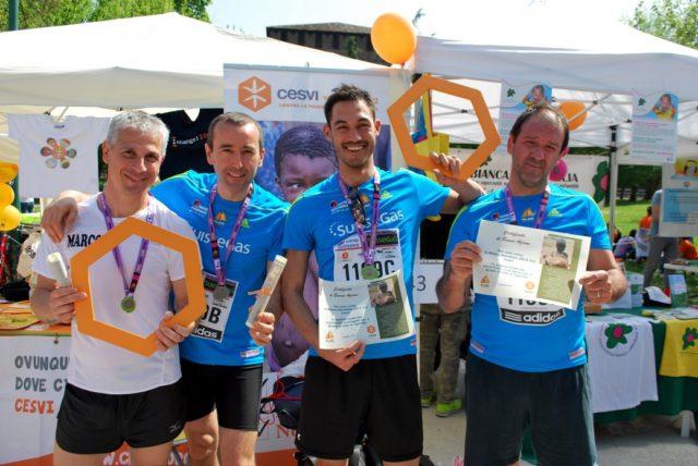 Un piccolo grande gesto di solidarietà dei partecipanti alla Maratona di Milano 2014.