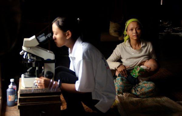 Analisi di laboratorio in una clinica Cesvi in Myanmar. Foto di Valeria Turrisi.