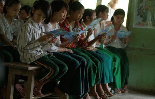 Studenti assistono ad una campagna di sensibilizzazione sulla malaria in Myanmar. Foto di Valeria Turrisi.