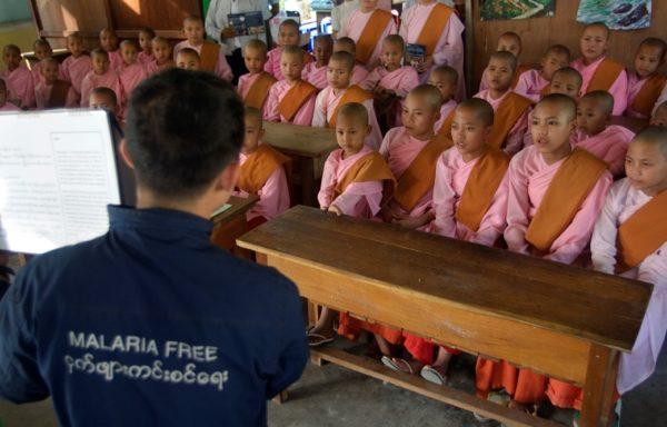 Lezioni su malaria e tubercolosi ad una classe di piccoli monaci buddisti. Foto di Valeria Turrisi.