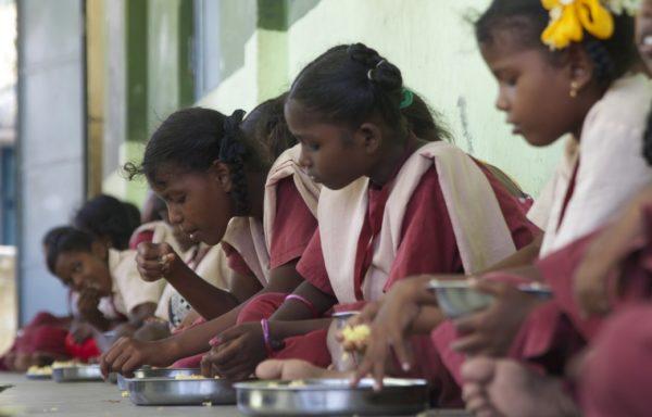Bambine in mensa nella Casa del Sorriso - Foto di Franco Franchini