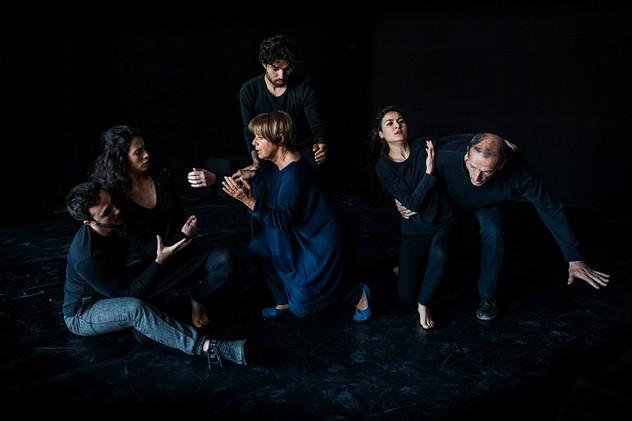 Attori sulle scene di Human, al Teatro Donizetti di Bergamo dal 10 al 15 gennaio. Ph Alessandro Cani.