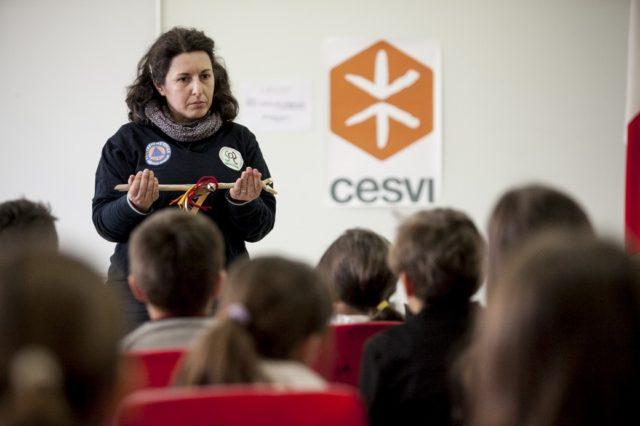 Attività con i bambini di Scuola Resiliente. Foto di Roger Lo Guarro.