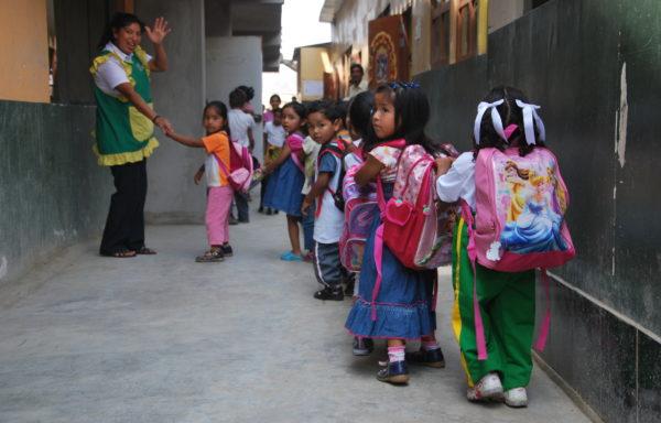 Bambini pronti per entrare a scuola - Perù