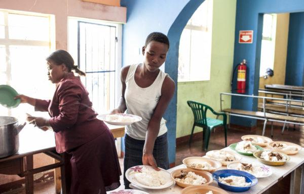 Gladys prepara il pranzo per i bambini della Casa del Sorriso, Zimbabwe - Foto di Roger Lo Guarro