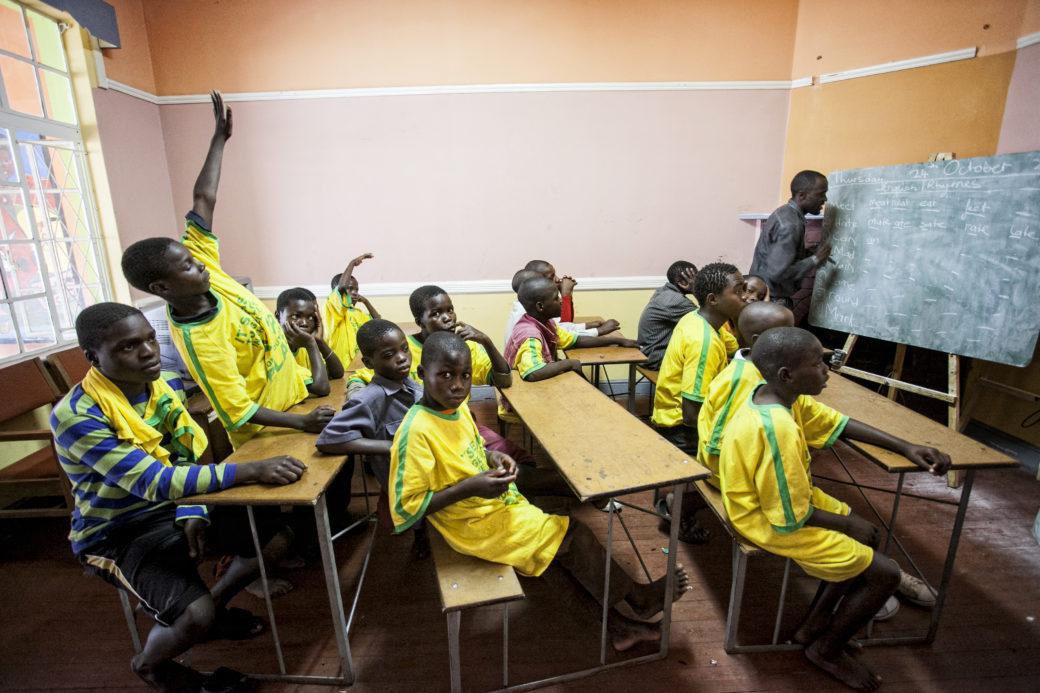 A scuola nella Casa del Sorriso, Zimbabwe - Foto di Roger Lo Guarro