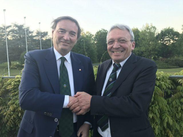 Stretta di mano tra Marino Busnelli, presidente del Golf Club Temi (a sinistra) e Giangi Milesi, presidente di Cesvi (a destra).
