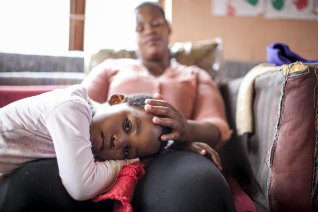 Donna con bambina nella Casa del Sorriso di Cape Town, Sudafrica ph Roger Lo Guarro