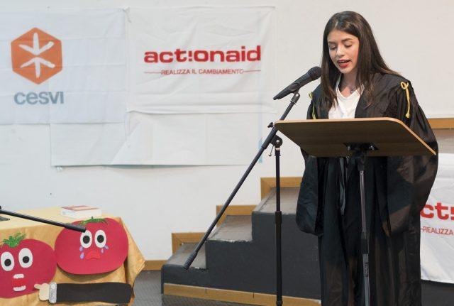 Siracusa, maggio 2017. In occasione del Summit G7, Cesvi e Action Aid organizzano il Processo al Pomodoro, iniziativa didattica per parlare agli studenti delle scuole superiori di sviluppo sostenibile.