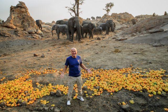 Claudio Bisio in missione con Cesvi in Zimbabwe. Foto di Giovanni Diffidenti.
