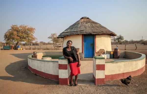 Hlengiwe davanti alla sua abitazione. Ph. G. Diffidenti.