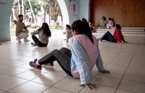 Ragazze del centro impegnate in una sessione di danza terapia.