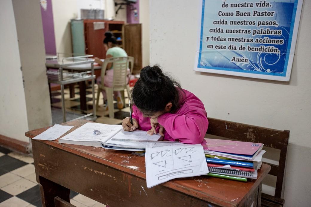 Carmelita, ospite del Centro residenziale, si prepara per l'esame di matematica.