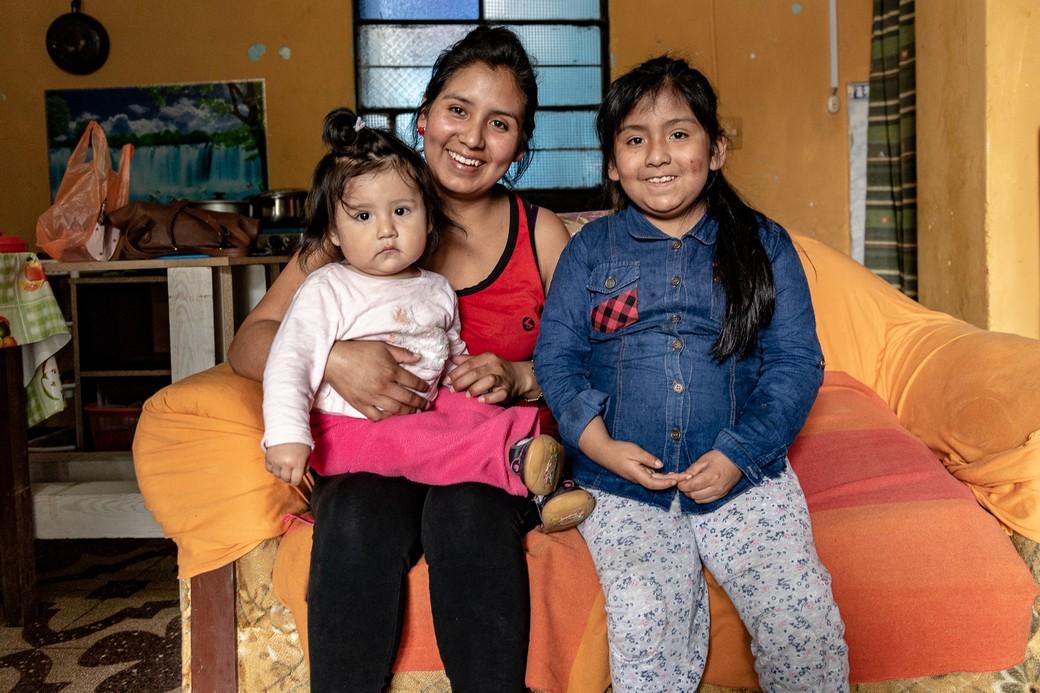 Un ritratto di Paulina insieme alle due figlie.