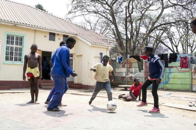 Centro diurno che accoglie ogni giorno circa 40 bambini e ragazzi, la Casa del Sorriso di Cesvi In Zimbabwe offre a chi la frequenta cibo, servizi igienici, istruzione e cure mediche. Foto di Roger Lo Guarro