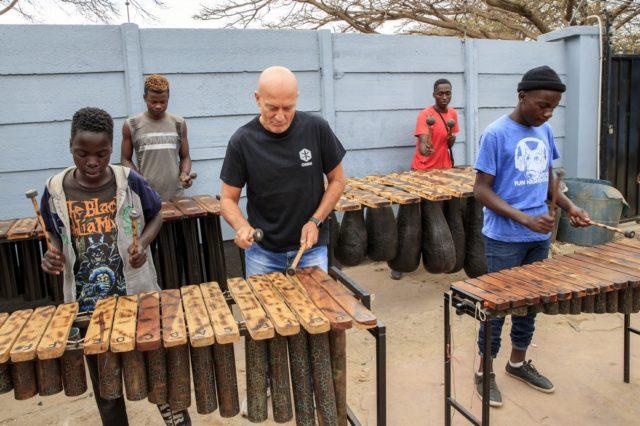 Claudio Bisio si è divertito a improvvisare una jam session con i ragazzi della Casa del Sorriso di cesvi ad Harare, in Zimbabwe. Foto di Giovanni Diffidenti