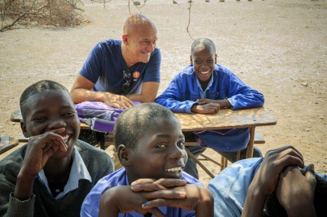 Claudio Bisio in Zimbabwe con gruppo di bambini - ph. Giovanni Diffidenti