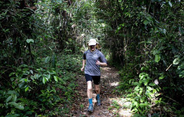 Daniele Barbone corre nella Foresta Amazzonica. Foto di Roger Lo Guarro