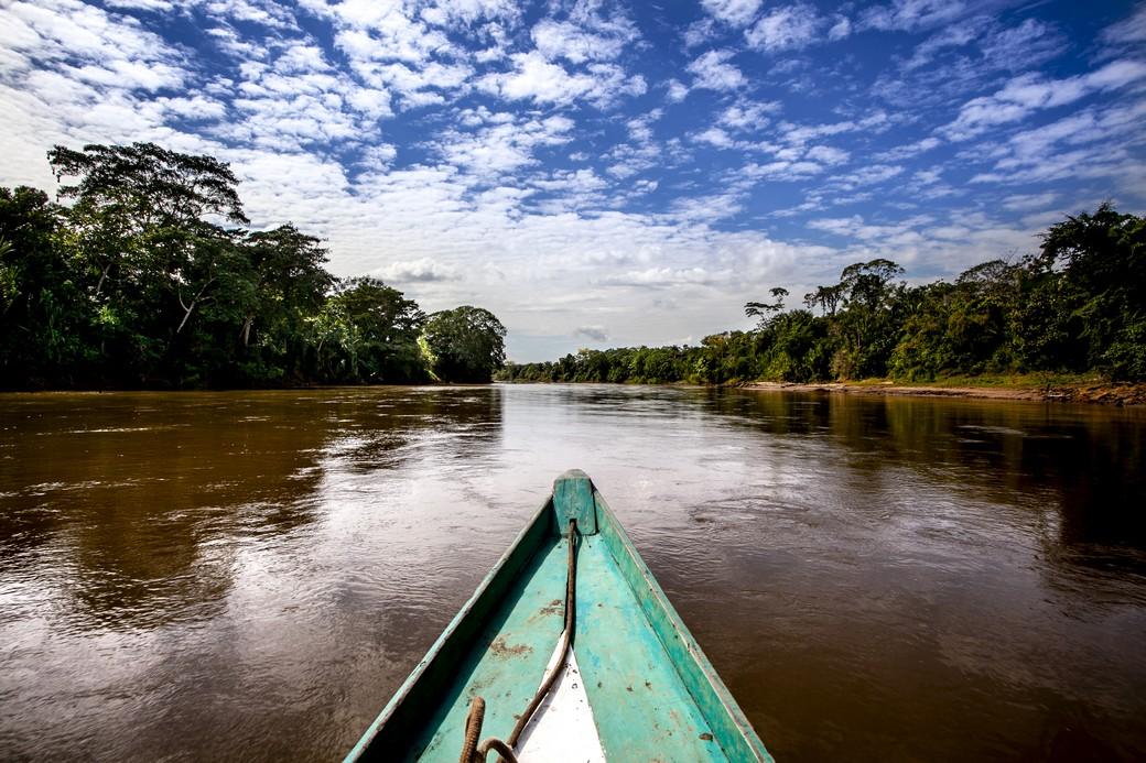 Un'imbarcazione sul fiume Madre de Dios in Amazzonia