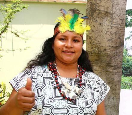 Nadia, giovane donna alla guida di una comunità indigena in Amazzonia