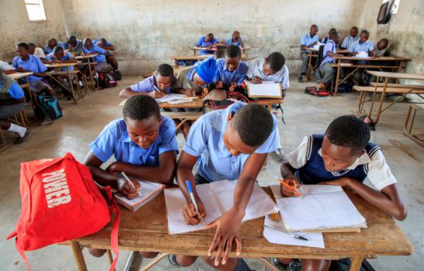 Zimbabwe, giovani beneficiari a scuola