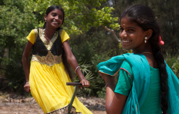 India, due ragazze nello spazio giochi della Casa del Sorriso.
