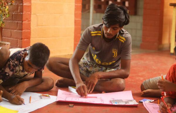 bambini che disegnano in India