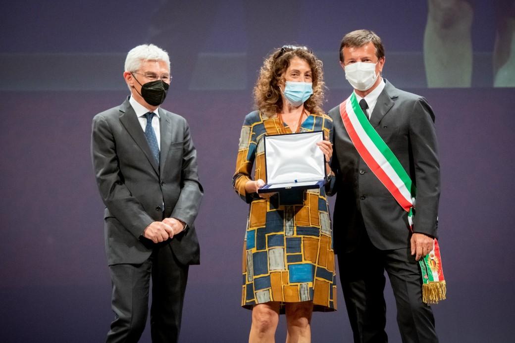 La Presidente Gloria Zavatta ritira la Targa di Ringraziamento per l'impegno di Cesvi durante l'emergenza a Bergamo